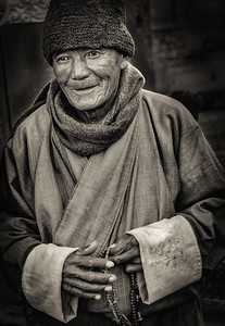 2017-01-17_Bhutan_Thimphu_Chorten_Pilgrim-mono