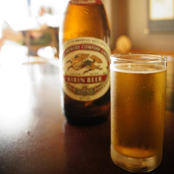 File No. 64<br /> <br /> ビール飯と猫事情。<br /> <br /> どうしてそうなったか、怒濤の11月が過ぎてゆく。で、もう夏のことなんか去年の夏なのか今年だったのかすっかりわからないくらい遠い記憶。<br /> <br /> 京都の今日この頃はまだ紅葉には早くて、だけどこの街はいつも遠くから訪れるお客さんで賑やかだね。<br /> <br /> ところで、ビールでご飯を炊くと美味しいらしい。どこかほんのりお醤油の味がして、炊き込みご飯風なんだそうだ。炊くときのポイントは違う種類のビールを2種類混ぜることなんだって。少し落ちついたらやってみよう。<br /> <br /> そして、ここしばらくの猫事情。ハナコとタオにくっついていた3匹いた子ニャンたち。一匹また一匹と姿を見せなくなって、一匹だけは今もハナコのそばにいる。10月のあの日、タオと連れ立ってジャスコに行ったあの子の姿はもうない。人懐っこい子だったから、どこかのおうちに入れてもらえたのかな。そう願いたい。ああ、自然界って、生きるって厳しいね。<br /> <br /> タオはいまだ姿、見せず。もう3週間は過ぎたかな。帰っておいでよ。ねえ。寂しいじゃないかヨッ。