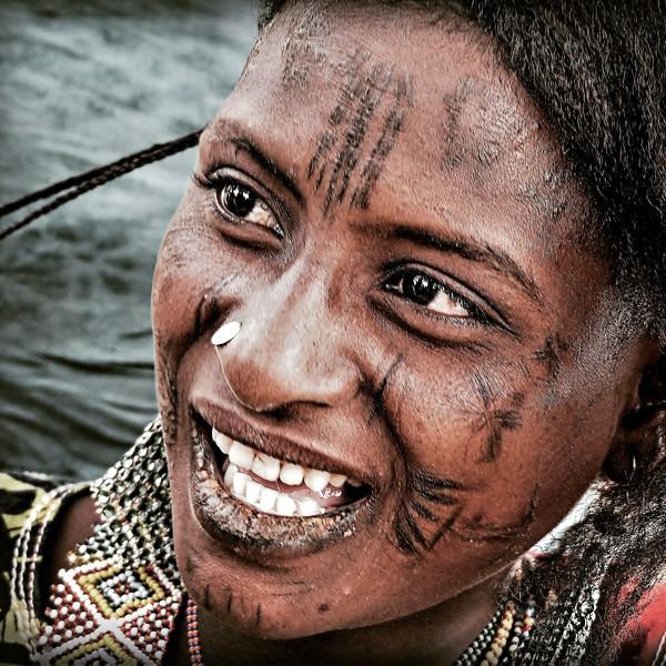 Mujer Mbororo. Sus escarificaciones alrededor de la boca tienen como finalidad ahuyentar los malos espíritus y el resto son señales de identificación de su comunidad y estatus social.,