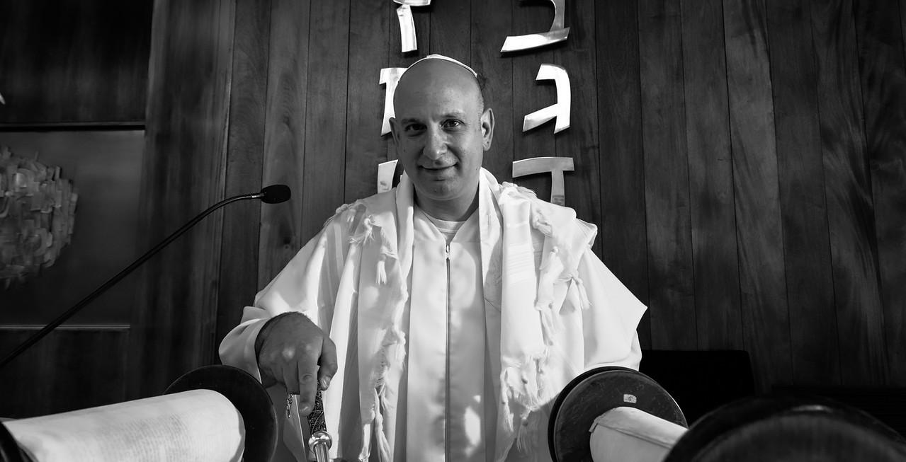 Idan pointing to Torah passage, mono