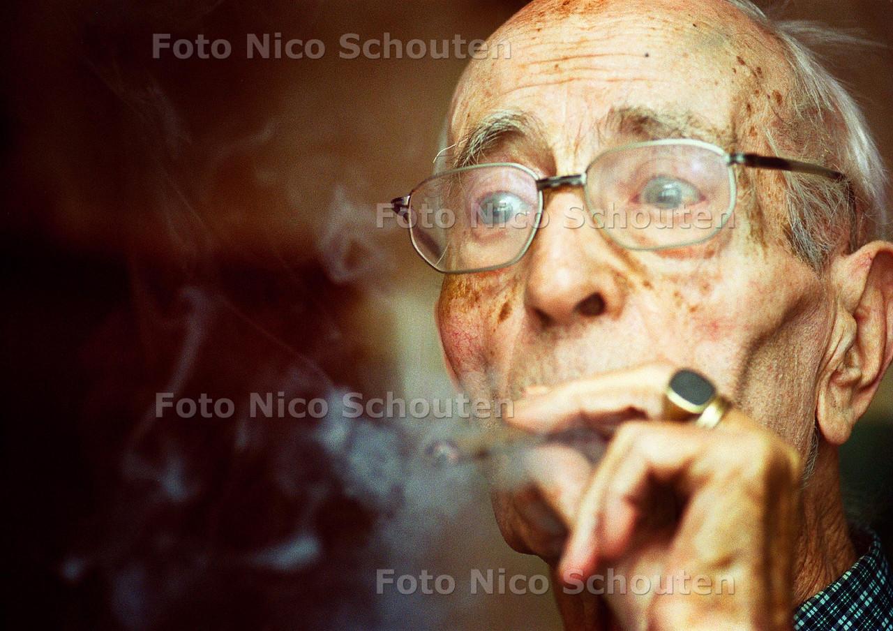 DE HEER HATTING DIE VLAK NA DE OORLOG WINKELDIEVEN BIJ DE V&D MOEST PAKKEN HEEFT ZIJN HELE LEVEN NOG GEEN SIGARET GEROOKT, SIGAARTJES DAAR EN TEGEN ROOKT HIJ GRAAG; DEN HAAG 16 OKTOBER 2002; FOTO; NICO SCHOUTEN