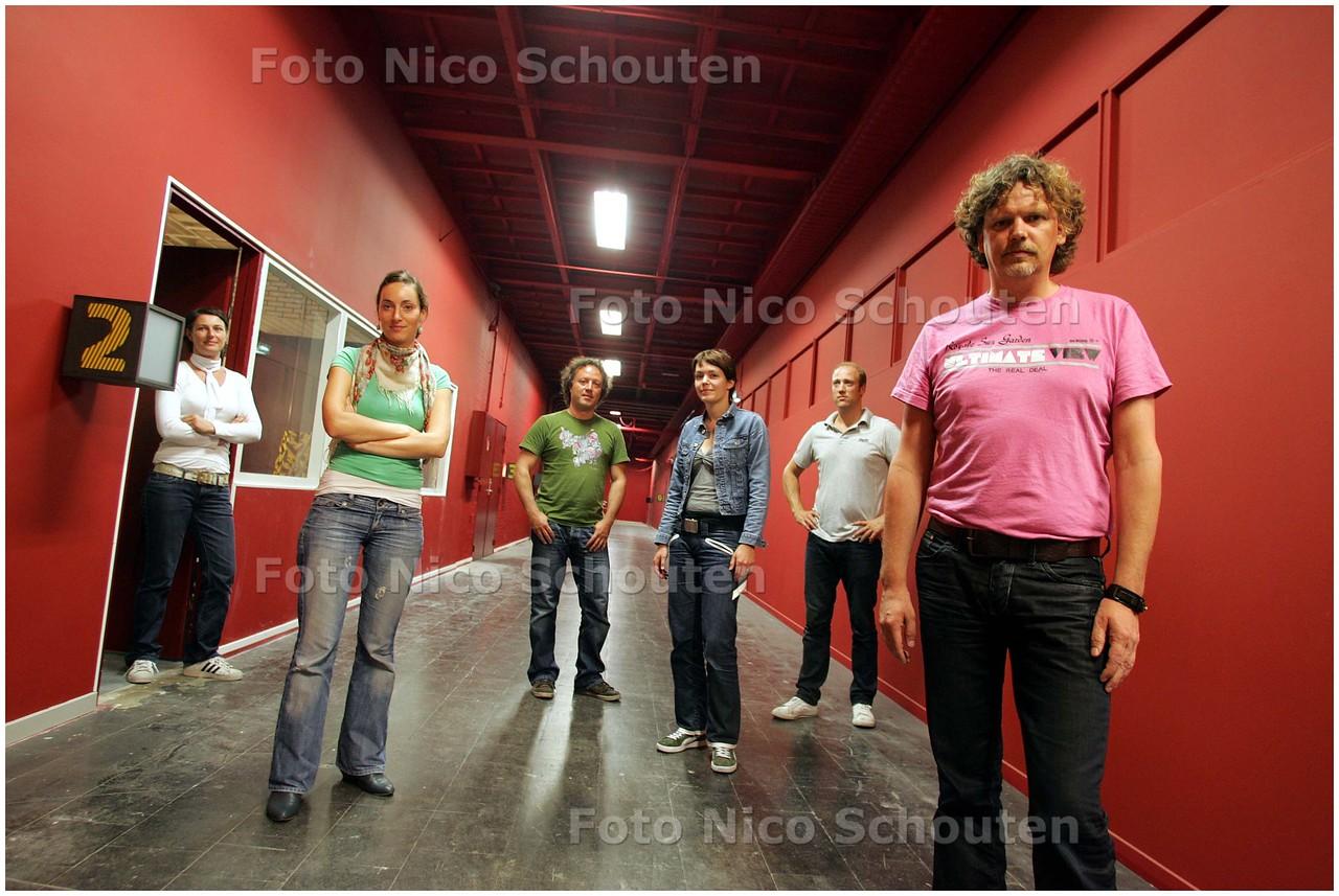 AD/HC - rik krispijn (r), directeur van 0900-design Krispijn is met zijn bedrijf initiator van Hangar 36, een collectief van kleine ondernemingen in de Binckhorst - DEN HAAG 26 AUGUSTUS 2008 - FOTO NICO SCHOUTEN