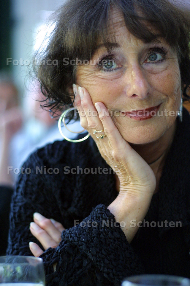HC - TATIANA RADIER, PRESENTATRICE LITERAIR CAFE - DEN HAAG 11 JUNI 2004 - FOTO NICO SCHOUTEN