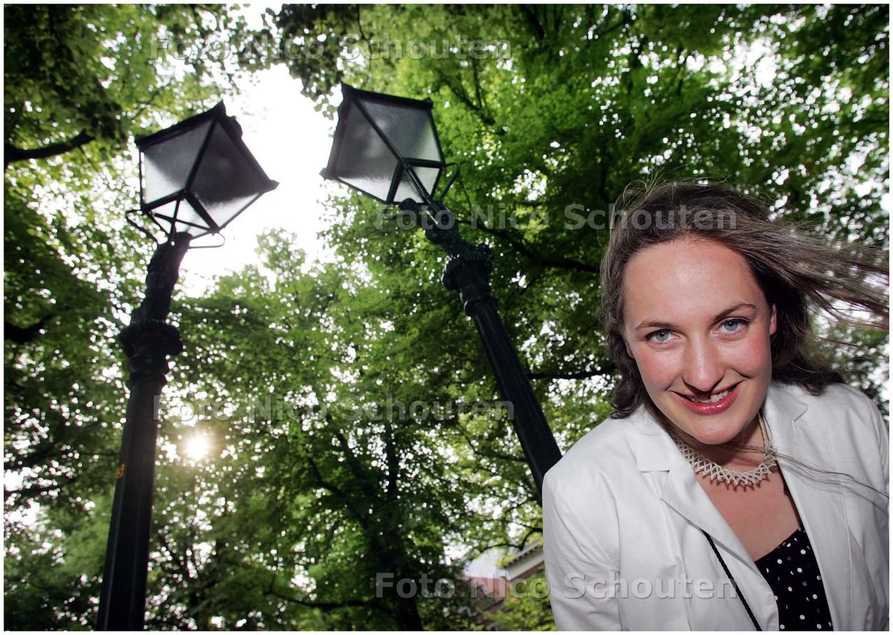 AD/HC - Iona Hoogenberk bij kunstwerk twee kromme lantaarnpalen op het Lange Voorhout - DEN HAAG 6 JUNI 2008 - FOTO NICO SCHOUTEN