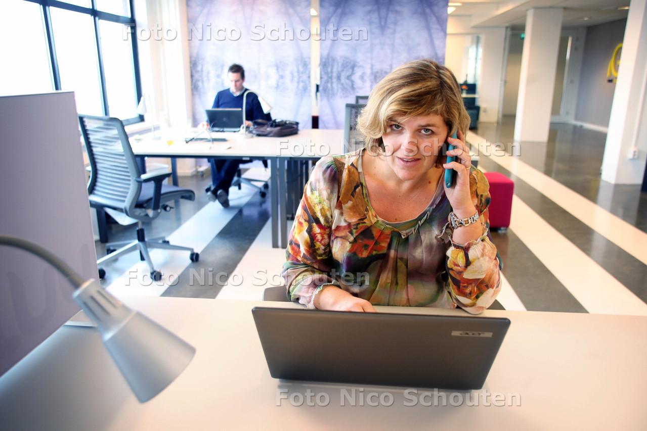 Monica Duijnisveld op een flexplek - DEN HAAG 26 NOVEMBER 2012 - FOTO NICO SCHOUTEN