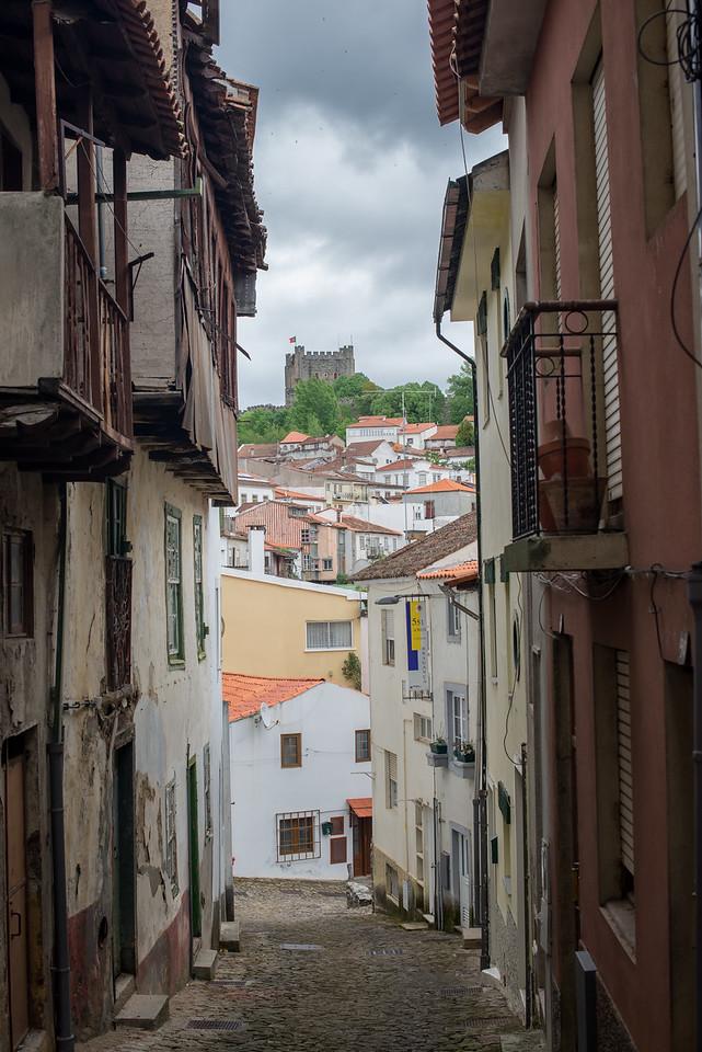 Rua antiga e o castelo, Bragança, Portugal