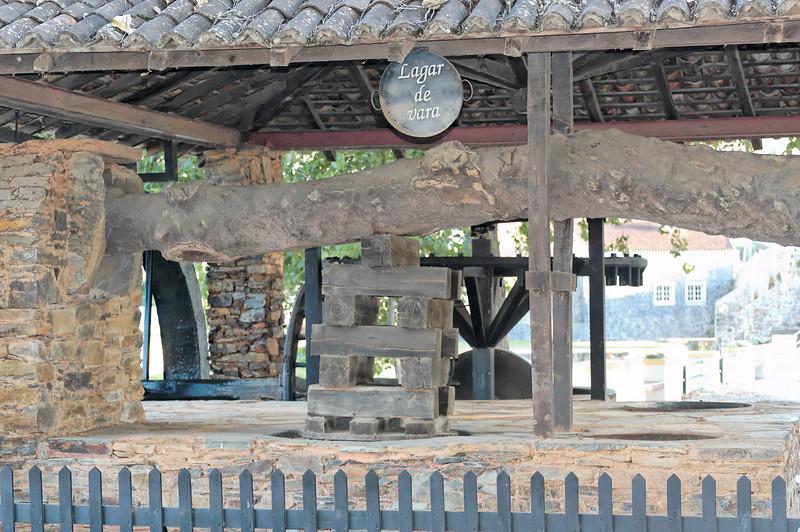 Lagar de vara reconstruído junto à ribeira da Sertã. A produção de azeite foi até aos anos de 1960 a mais importante actividade agrícola do concelho.