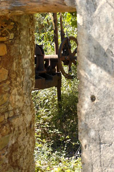 """""""Azenhas da Bouça""""<br /> Lagar de azeite em ruínas, cujo funcionamento estava dependente do caudal da ribeira."""
