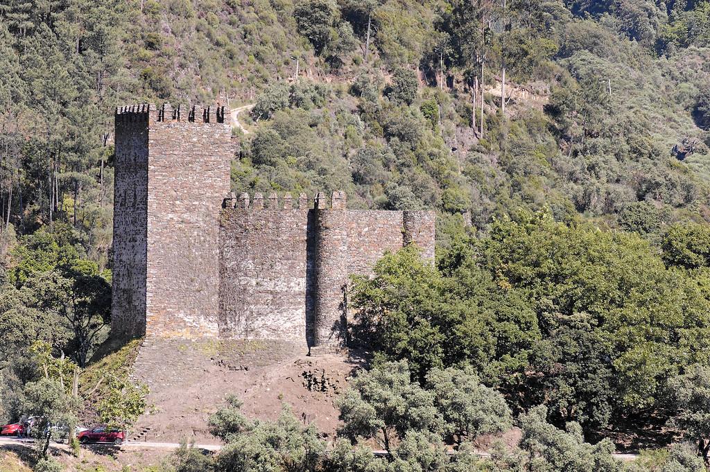 Castelo da Lousã (Castelo de Arouce) é uma fortificação construída no alto de um dos montes da serra, com uma vista privilegiada e estratégica. Trata-se de um castelo de defesa com uma torre principal maior do lado direito e algumas menores do lado esquerdo.
