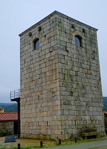 Torre Medieval de Alcofra - Vouzela Trata-se de uma torre medieval/moderna situada no centro da povoação de Cabo de Vila, Alcofra. Uma escada movível que alcançava a porta, situada na face sul, no primeiro andar, permitia o acesso ao interior da Torre. A preocupação defensiva é sublinhada pelo facto de ao nível do rés-do-chão apenas existirem umas frestas verticais, muito estreitas, para arejamento do interior.  Está implantada num vale e por isso goza de uma vista privilegiada sobre os campos de cultivo.