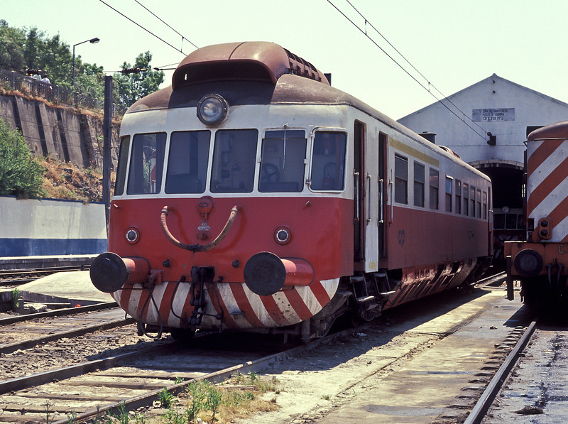 CP Allan railcar 030304 waits for its next duty at the small maintenance depot situated between the platforms at Coimbra B on 21 May 1991