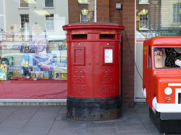 GL20 373 - Tewkesbury PO, High Street 110407