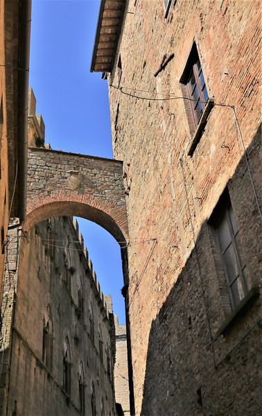 Narrow Alleys and High Arches