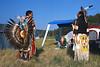 Danseurs profitant d'une pause entre deux exhibitions durant un pow-wow. Réserve des Cheyennes du Nord/Etat du Montana/USA