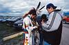 Jeunes Kootenai partageant leurs musiques dans un parking de St Ignatius durant un pow-wow. Réserve Flathead/Etat du Montana/USA