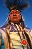 Portrait d'un danseur en costume traditionnel durant un pow-wow. Réserve crow/Etat du Montana/USA
