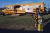 """Jeunes garçons en costumes devant un bus transformé en """"café"""" sur le site d'un pow-wow. Réserve de Fort Peck/Etat du Montana/USA"""