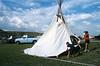 Installation d'un tipi sur un site de pow-wow. Réserve de Fort Peck/Etat du Montana/USA