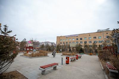 """2021 оны гуравдугаар сарын 19. Хавдар судлалын үндэсний төв (ХСҮТ) 1998 онд таван га газартай байжээ. Гэтэл одоо эмнэлгийн баруун талд орон сууцны хороолол, урд нь үйлчилгээний төв, оффис баригдаж, эмнэлэг хэдэн талаасаа барилгаар хүрээлэгдсэн. Эдгээр зөвшөөрлийг тухайн үед ажиллаж байсан эмнэлгийн удирдлагууд олгосноос гадна өөрсдөө ч газар авсан нь бий.    Нийслэлийн Засаг дарга бөгөөд Улаанбаатар хотын Захирагч Д.Сумъяабазар, УИХ-ын гишүүн Ж.Чинбүрэн болон холбогдох албаныхан ХСҮТ-ийн өргөтгөлийн асуудлаар газар дээр нь ажиллалаа. Энэ үеэр Хотын дарга  Д.Сумъяабазар """"Улаанбаатар хотын төлөвлөлтийн дагуу алдсан газруудаа сэргээн авч байна. ХСҮТ-ийн алдсан газрын асуудлыг мэргэжлийн байгууллага, газрын алба ИТХ-аар оруулж, баталгаажуулж, Засаг даргын захирамж гарна. Хавдартай иргэдийн тоо жилээс жилд нэмэгдэж байна. Иймээс хавдрыг эрт шатанд нь илрүүлэх оношилгооны төв байгуулах нь нэн чухал. Манайх хавдрыг хожуу үед нь илрүүлдэг. Эрт илрүүлсэн бол аврах боломжтой байсан хүмүүсээ алдаж байна. Мөн ажилчдын хүүхдийн цэцэрлэг байгуулах ёстой. Эмнэлэгт цаг аваад үзүүлэх гэсээр сарын хугацаа зарцуулдаг.    Энэ бүх байдлыг эхнээс нь засаж, зөв зохион байгуулах ажлыг санаачилж, мэргэжлийн байгууллагуудаа дэмжиж ажиллана. Бид боловсрол, эрүүл мэндтэй холбоотой мэргэжлийн байгууллагынхныхаа дуу хоолойг сонсож явна. Эрүүл, боловсролтой иргэнтэй байж Монгол Улс дэлхийн дайтай хөгжинө"""" хэмээсэн бол УИХ-ын гишүүн Ж.Чинбүрэн """"Өмнө нь улсын эмнэлгүүд газраа алддаг байсан бол энэ үеэс эмнэлгүүд газраа буцааж авч байгаа жишиг тогтоож байгаа Д.Сумъяабазар даргадаа баярлалаа. Эрүүл мэндийн даатгалын шинэчлэлээр хорт хавдрын эмчилгээг улс даадаг болсон. Ковид гарсантай холбоотой эрт илрүүлгийн хувь буурсан. Хавдар хожуу оношлогдох аюул бий боллоо"""" хэмээн ярилаа.    Өдгөө ХСҮТ-д хавдрын эрт үеийн илрүүлгийн оношилгооны төв барихаар төлөвлөжээ. Гэтэл тус газарт 64 машины гарааш байгаа юм. Энэ талаар Нийслэлийн Газар зохион байгуулалтын албаны дарга А.Энхманлай """"1992 оноос хойш хувийн ко"""