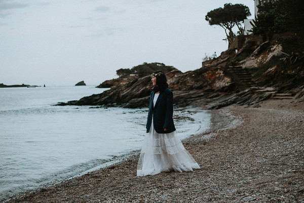 "<div style=""text-align: center;padding: 0px 0px 0px 0px;font-size:13px; font-family:arapey; letter-spacing:2px; line-height: 23px;"">Pre-wedding photos  <br> Cadaques, Spain </div>"