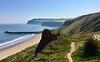 Chodník za výbežkom klesá k pláži Skinningrove