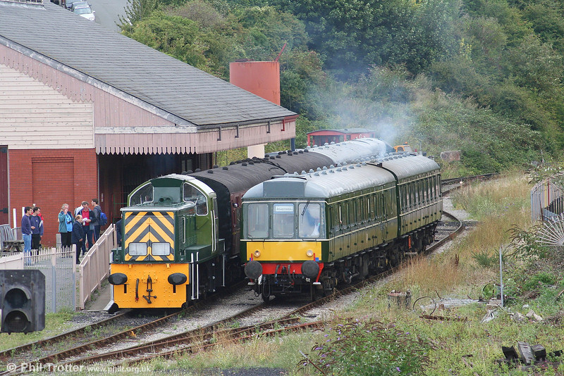 D9521 and the class 117 dmu wait at Plymouth Road, VoGR, on 26th August 2006.