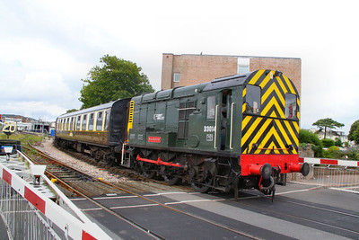 D3014 uncouples 3 coaches from the main train at Paignton South Level Crossing 17/07/11  Watch the video at: http://www.youtube.com/watch?v=PAfAQgU1IXY