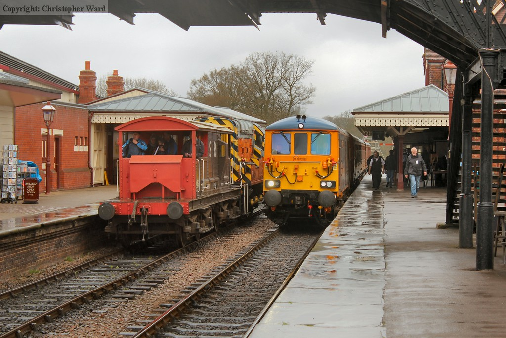 The 73 and 4TC arrive as the 09 heads off into the siding