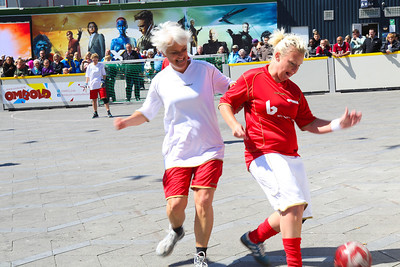 Annette Vilhelmsen‏, SF party, and a female Ombold player, Rådhusplads, Copenhagen, 2014