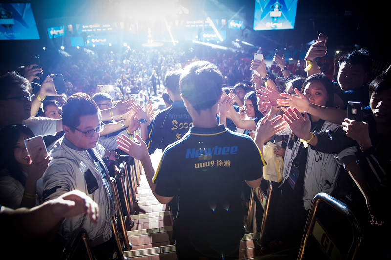Newbee uuu9 entering the arena to play Digital Chaos in the finals