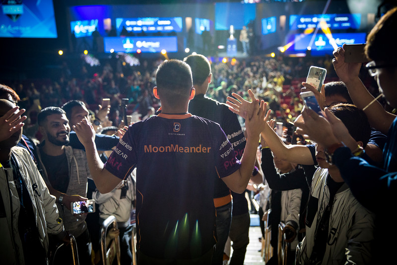 DG MoonMeander entering the arena to face Newbee in the finals