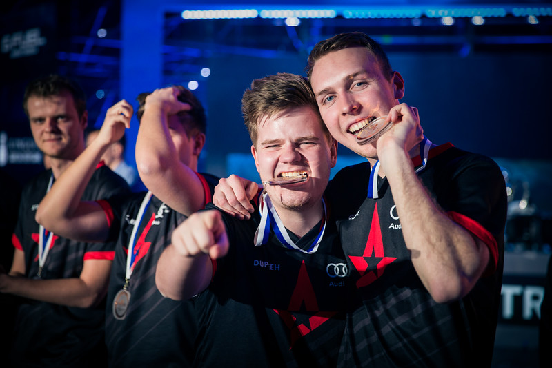 Astralis Gla1ve and Dupreeh celebrating their victory