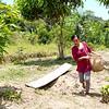 Liz Chicaje, Goldman Prize 2021 winner, explains harvesting a fruit to produce a gourmet chili bell pepper. ©️ Ingrid Chalán.