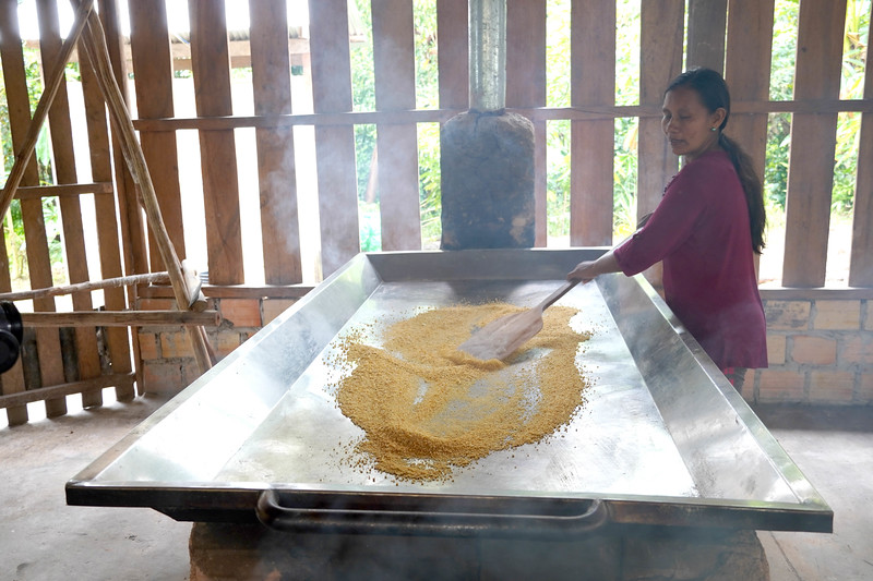 """Use of ovens and griddles for the elaboration of Fariñas and other products based on cassava. Association of """"Hijas de la yuca brava"""" (Daughters of the cassava brava). ©️ Ingrid Chalán."""