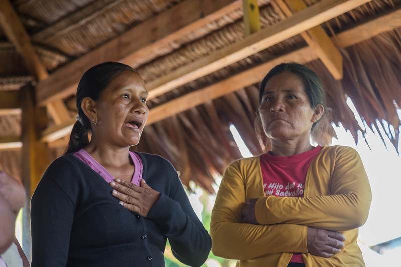 Liz Chicaje, winner of the Goldman 2021 award, talks about the Yaguas in a community meeting. ©️ Guillermo Abadie.