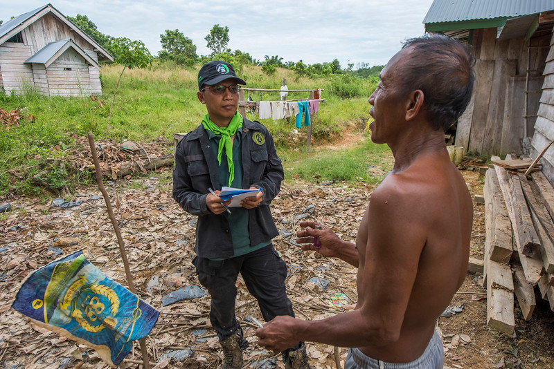 A member of the Wildlife Protection Unit talking to a local farmer to collect data on a recent elephant raid around his house and plantation destroying both plants and house. Near Bukit Tigapuluh, Sumatra, Indonesia. © Daniel Rosengren / FZS