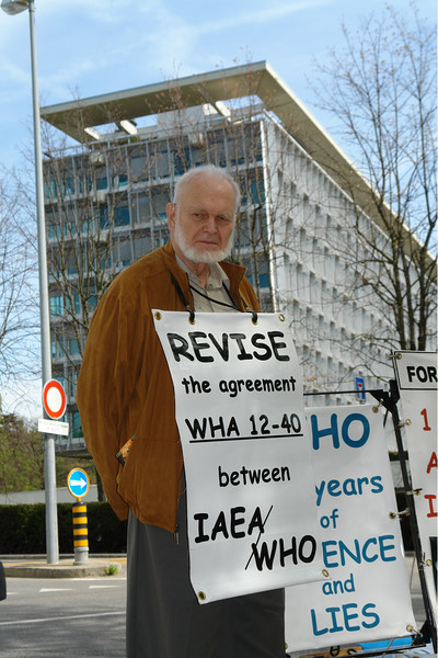"Prof. Alexey Yablokow, Schubertpriesträger 2016 Kategorie 1. Während einer Protestaktion ""Tell the truth about Chernobyl"" bei der WHO Tagung in Genf 2006"