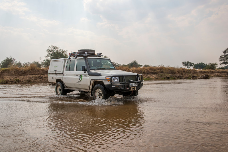 A FZS car crossing a river in North Luangwa NP, Zambia. © Daniel Rosengren / FZS