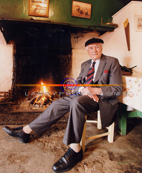 Eamon Kelly, in a fimilar setting , the famous story tell who died yesterday at the gae of 85
