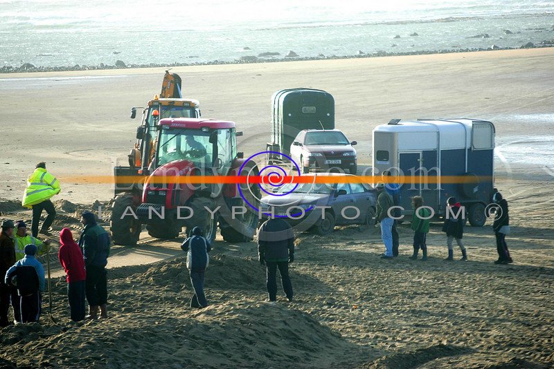 Cars and horse boxes are pulled off the beach in Ballybunion where teh racing was cancled on Newyears day after the bad weather conditions.<br /> Photo Brendan Landy
