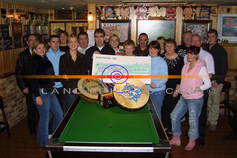 """the Coolkeragh / Tullamore Wren boys Group present a cheque for €1400 to the LIstowel Branch of the KErry Hospice at  """" Mike the Pies"""" bar in Listowel.<br /> Photo JS/LAndyphoto."""