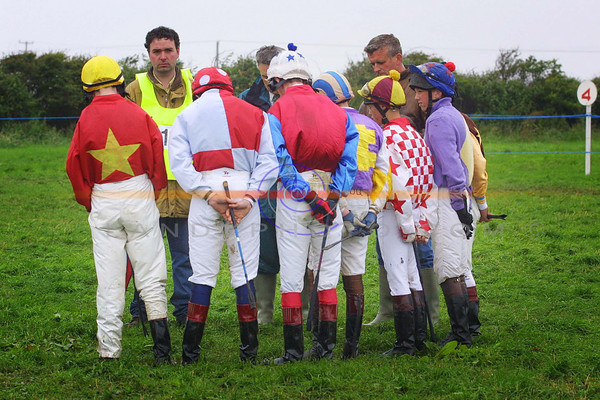Jockeys form a half circle and bow their heads for a min's silence in honour and respect for the Late Jim Hanrahan who was heavely envolved in  racing in north kerry , who pased away recently.<br /> Pic Brendan Landy