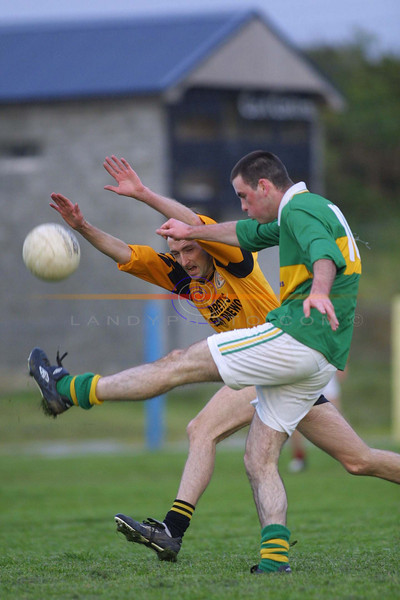 Emmets Kevin Lynch tries to block down John Jack Mulvihill kick for a point.<br /> Pic Brendan Landy