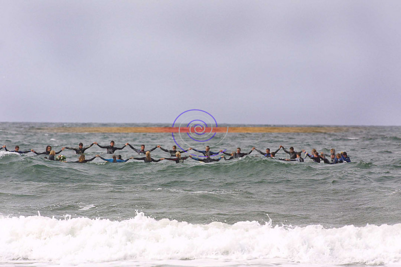 body boarders pay tribute to 2 fello boarders who lost their lives last week, with a traditional Hawian surfing tradition,  at the europeen d=body boarding championships in Ballybunion<br /> Pic BrendanLandy