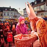 Fixpunkt im Melker Advent: Der Auftritt von Nikolaus Willi Heinzl auf der Bühne im Adventdorf am Hauptplatz.<br /> Fotocredit: Stadt Melk / Franz Gleiß