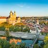 Luftaufnahme von Melk mit Stift und Altstadt.