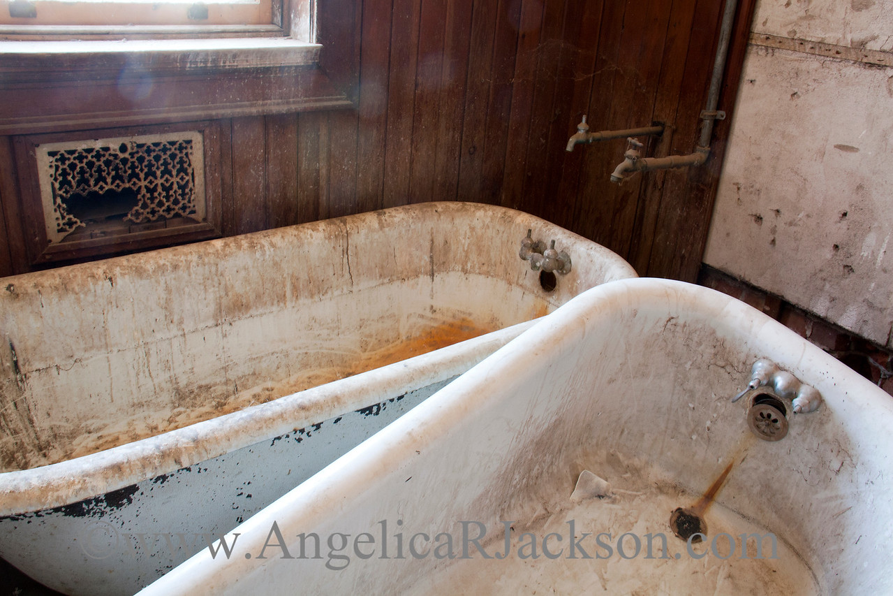 """""""Rings""""<br /> Bathtubs in 3rd floor bathroom, complete with artistic rings and scum deposits.<br /> April 2013"""