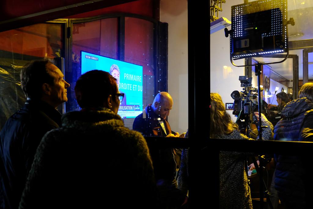 Devant le café Le Dauphine, café des militants de François Fillon tout prés de son QG Bld St Germain. Paris  -  1er tour -   20/11/16