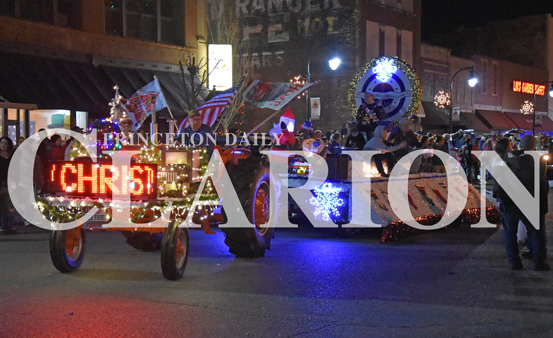Quiche Matchen/Daily Clarion<br /> The Labor Day Association float makes its way through the annual Snowflake Christmas Parade Saturday night.