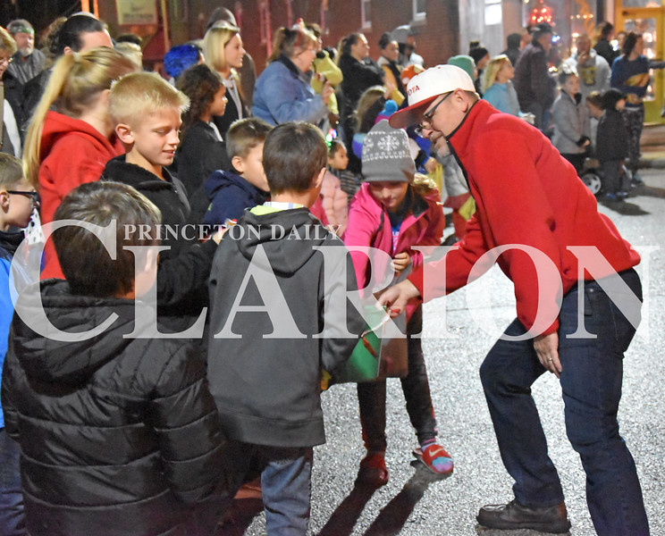 Quiche Matchen/Daily Clarion<br /> Charlie Wonnell gives children candy during the annual Snowflake Christmas Parade Saturday night.
